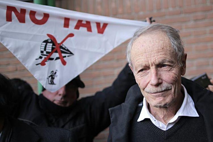 """'écrivain italien Erri de Luca (droite) tient une banderole """"No Tav"""" à Turin le 28 janvier 2015 (Photo Marco Bertorello. AFP)"""